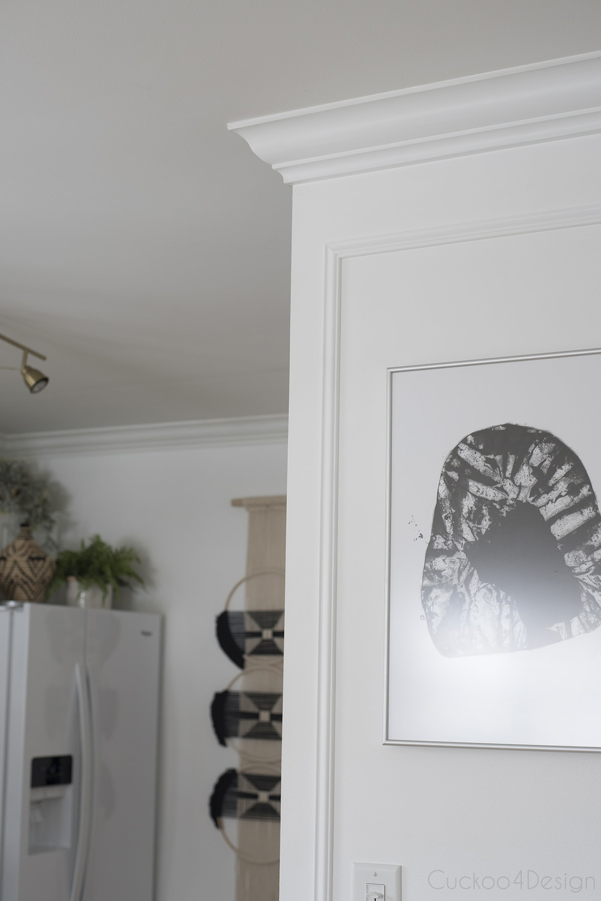 picture of white crown moulding and picture frame wall moulding