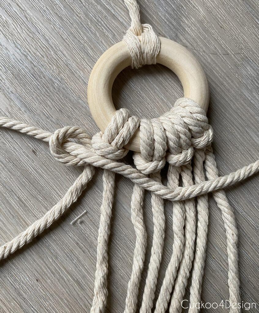 beginning of horizontal Half Hitch knots